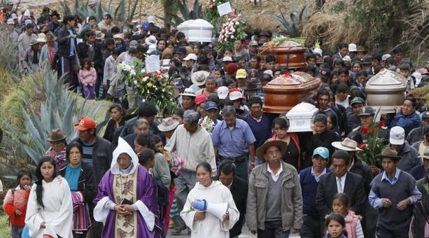 Paruro sepultó a las 8 personas que fallecieron en sismo del 27 de setiembre