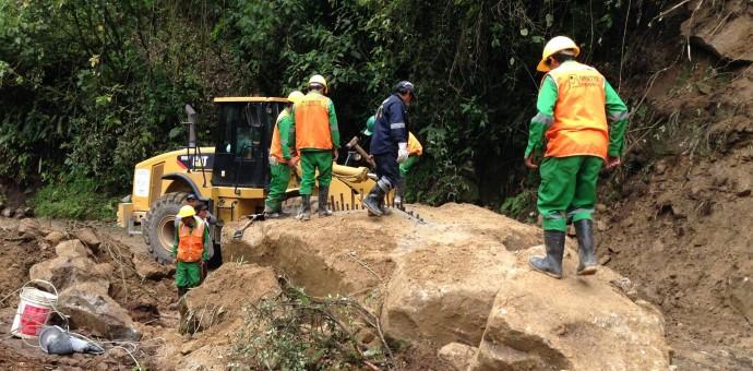 Deslizamiento de rocas restringe paso vehicular en la vía a Machu Picchu