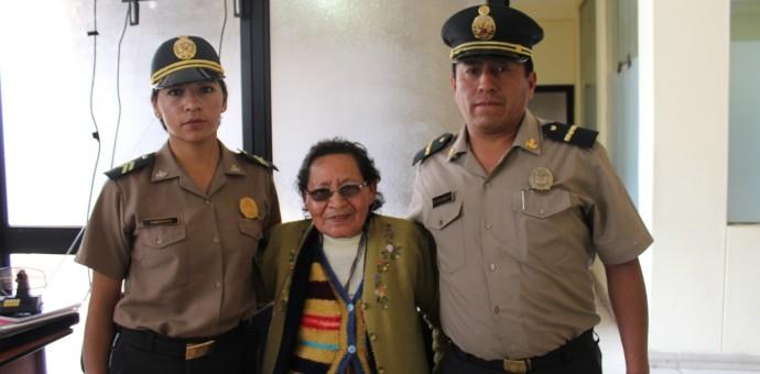 Pareja de policías de Urubamba devuelve 800 soles a distraída mujer