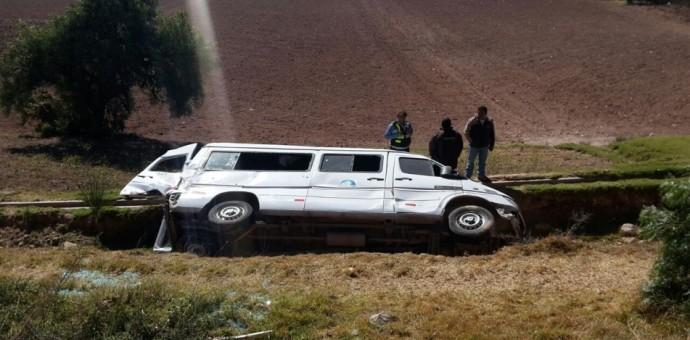 Vehículo que transportaba turistas se despistó y volcó en Urubamba