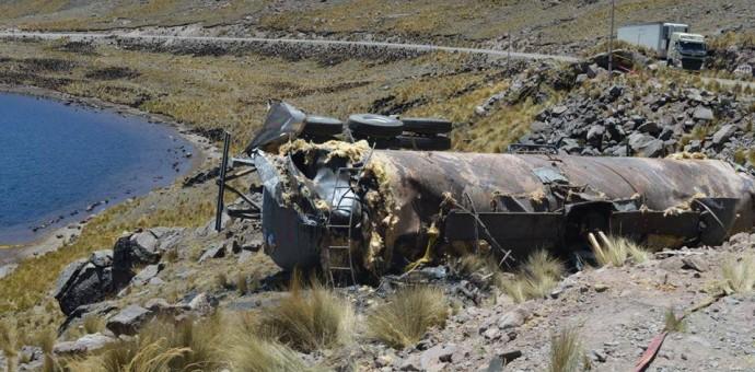 Laguna de Huayllapacheta sufre severa contaminación tras accidente de tránsito