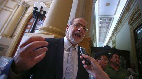 Suspenden 120 días a Daniel Abugattás por difundir sesión secreta del Pleno