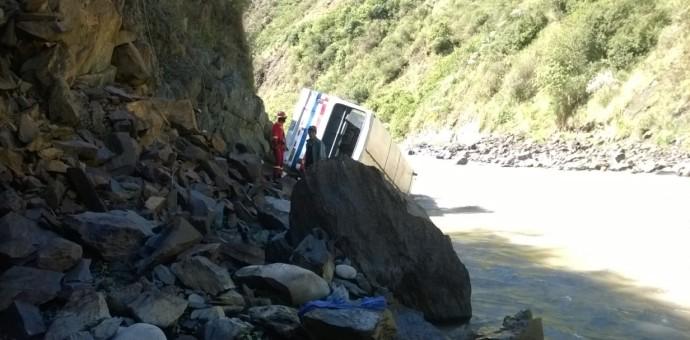 Camión cayó al río Mapacho en la provincia de Paucartambo