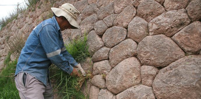 Personal de Cultura limpió muro inca de la parte baja de la Av. Collasuyo