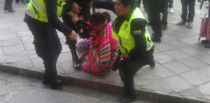 Abusiva policía municipal agrede físicamente a joven cusqueña [Video]