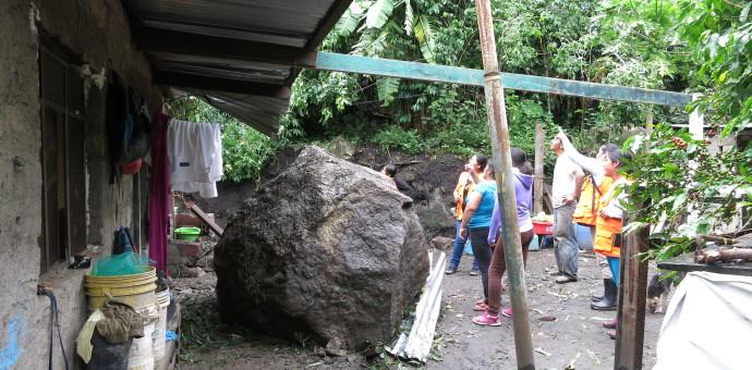De milagro salvan de morir dos familias en Machupicchu tras caída de rocas