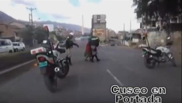 Dos policías se ganan el aplauso de la gente por este noble gesto (VIDEO)