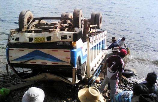 Camión cae a la laguna de Langui – Layo y deja una persona fallecida