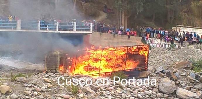Pobladores de Paucartambo queman dos vehículos de presuntos delincuentes