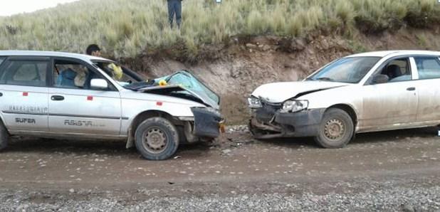 Dos autos station wagon colisionan frontalmente en la vía El Descanso-Checca