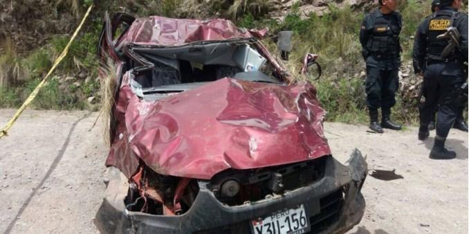 Tres personas dejan de existir tras vuelco de auto a abismo de unos 400 metros