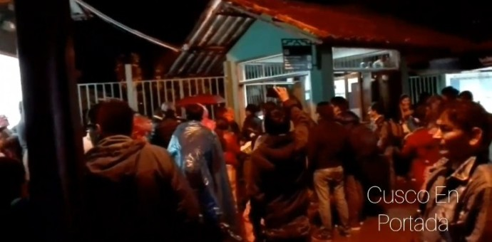Pasajeros y turistas varados en Machu Picchu protestan contra empresa PerúRail
