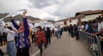 Pobladores de Urubamba salen en marcha de solidaridad a favor del prófugo alcalde Humberto Huamán acusado de violación