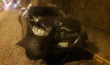 Irresponsable conductor estrella su vehículo contra un poste en estado de ebriedad
