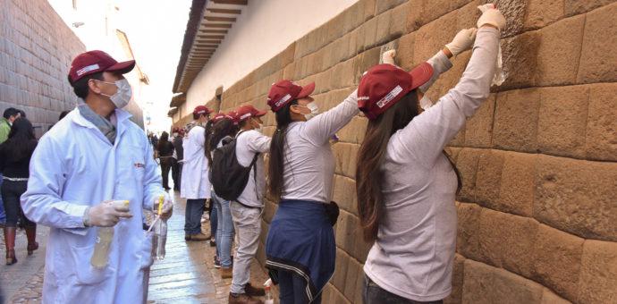 Jóvenes cusqueños inician campaña de limpieza en muros inkas