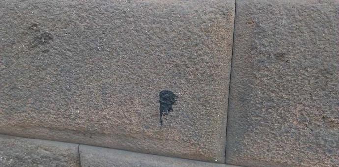 Manchan con sustancias grasosas y pintura fino muro inca