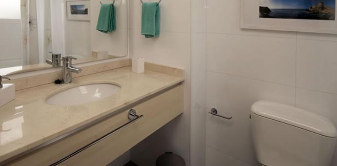 Detienen a sujeto por filmar a mujeres que se duchaban en baño compartido