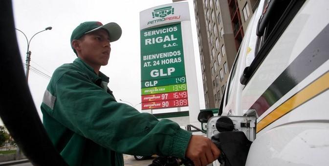 Gobierno anuncia que bajará el precio de la gasolina entre 10 a 15%