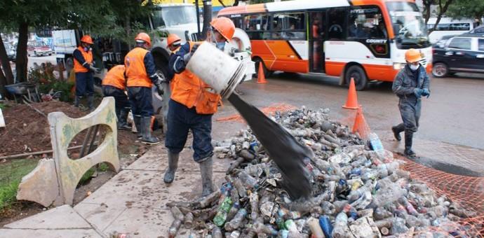 Seda Cusco libera colectores de aguas pluviales y retira basura y botellas