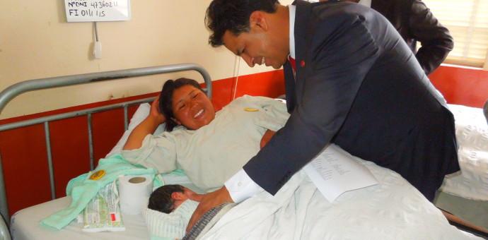 "Presidente Regional visitó a bebés en Hospital Regional y anunció «SIS gratuito"""