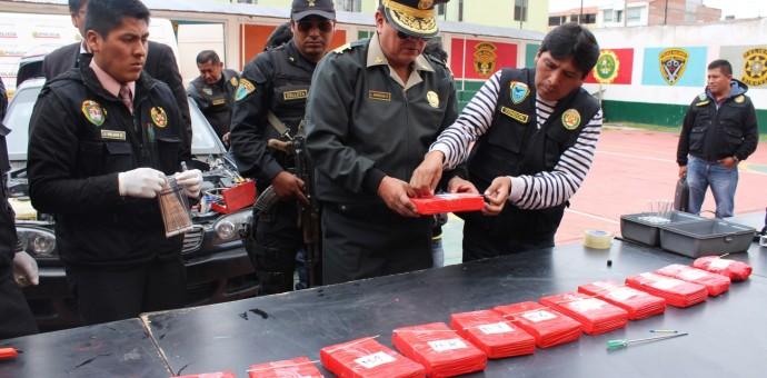 Incautan más de 13 kilos de droga camuflada en una unidad vehicular