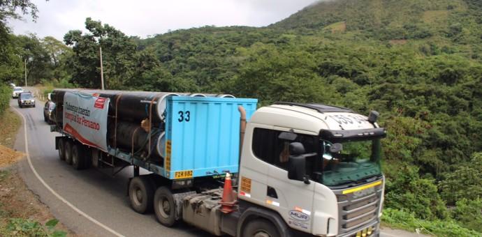 Flota de camiones traslada los tubos para el Gasoducto Sur Peruano