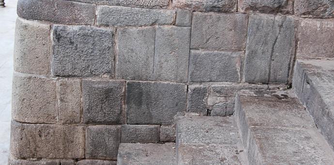 Muros Incas son manchados por insensatos sujetos en el Centro Histórico