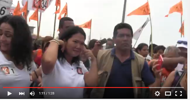 Continúa el rechazo, lanzan huevos a Keiko Fujimori en Villa El Salvador [Video]